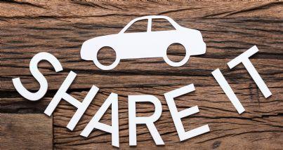 auto con scritto car sharing