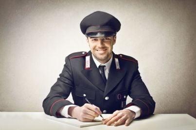 un carabiniere sorridente