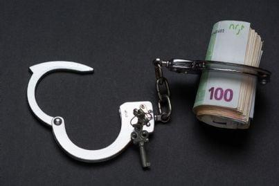 manette con soldi dentro concetto carcere e corruzione