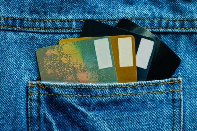 carte di credito inserite nella tasca dei jeans