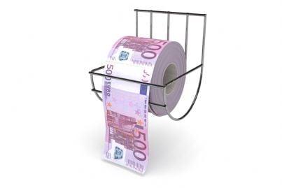 carta igienica a forma di soldi in bagno