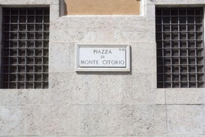 cartello in piazza Montecitorio a Roma