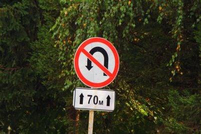 cartello stradale di divieto inversione a u