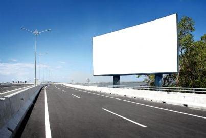 cartellone bianco in autostrada