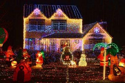 casa addobbata con luci di Natale