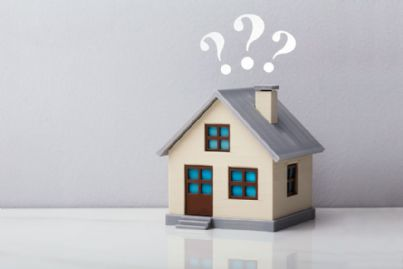 casa con punti interrogativi