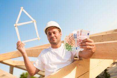 uomo con soldi in mano per costruire casa