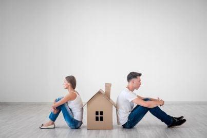 coppia che divorzia con casa in mezzo