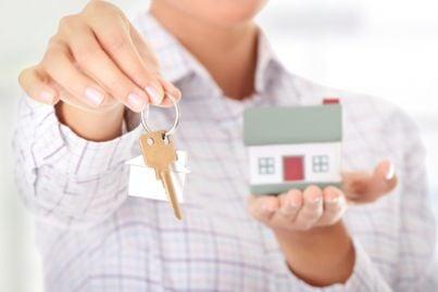 casa in mano con chiavi