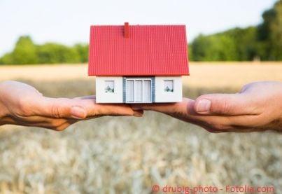 Modellino di casa su due mani