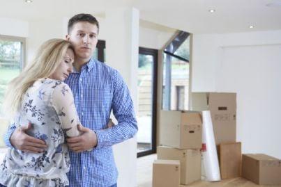 moglie e marito tristi per pignoramento propria casa