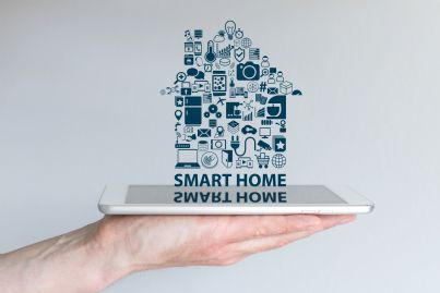 mano che tiene una casa smart altamente tecnologica