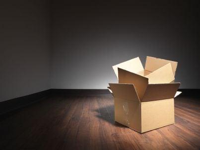 scatola dentro casa disabitata dopo trasloco