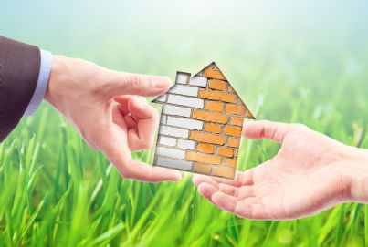 casa che passa di mano in mano concetto affitto o vendita immobiliare
