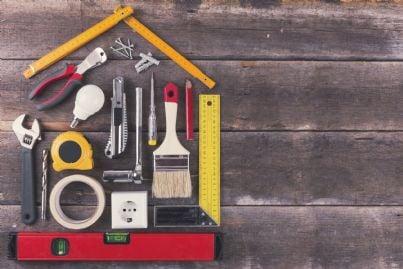attrezzi per lavori che formano una casa