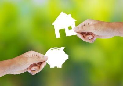 mani che scambiano casa al posto dei soldi