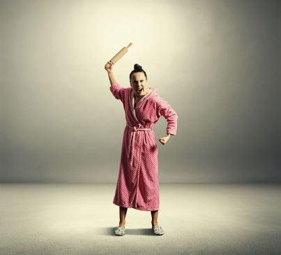 casalinga arrabbiata con mattarello in mano