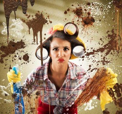 casalinga con prodotti in mano guarda con disgusto sporco