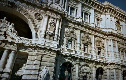 Un ancolo della facciata della corte di cassazoine