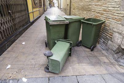 cassonetti della spazzatura per strada