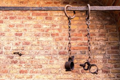 catene appese in una prigione