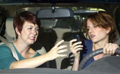 due donne con cellulare alla guida