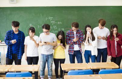 ragazzi con cellulare a scuola