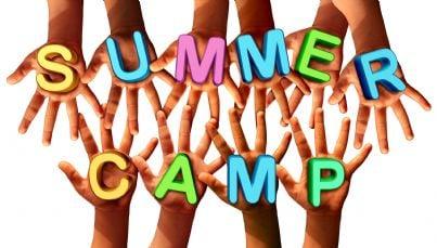 mani dei bambini unite su parole summer camp