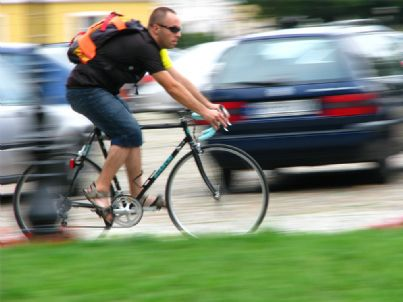 Ciclista in mezzo al traffico
