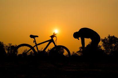 uomo in bici che si ferma stanco