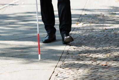cieco con un bastone