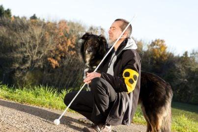 un cieco con il cane guida