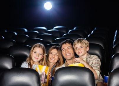 famiglia al cinema mangia popcorn