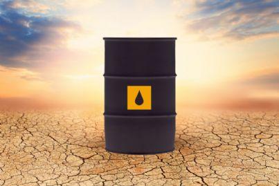 barile di petrolio o gas su strada danneggiata
