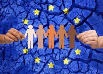 mano che tiene simbolo cittadinanza europea