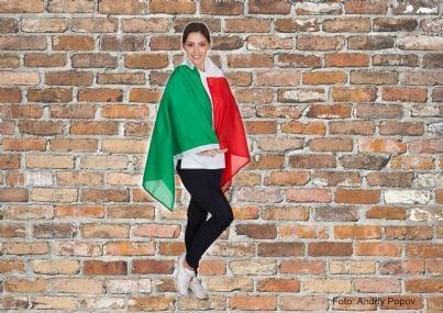 Donna che indossa la bandiera italiana