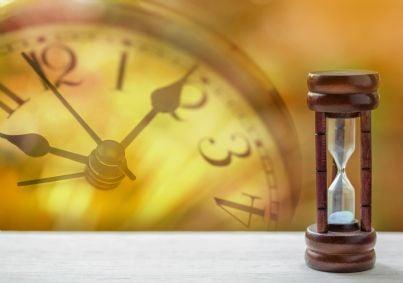 clessidra e orologio che segnano il passare del tempo