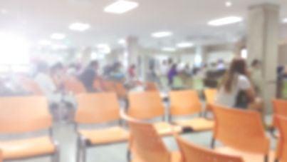 persone in coda in ospedale per visite mediche