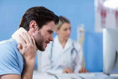 uomo dal medico con collare cervicale