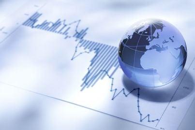 globo terrestre e fluttuazioni borsa indicano andatura commercio internazionale