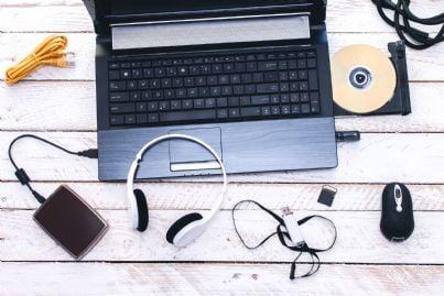 computer pendrive pc e strumenti vari tecnologia su scrivania
