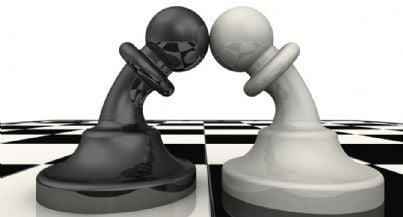 pezzi dama che si uniscono in concetto di mediazione e conciliazione