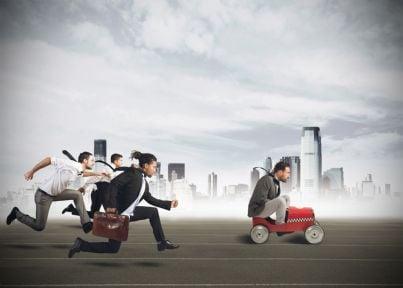 lavoratori che corrono per arrivare per primi concetto concorrenza
