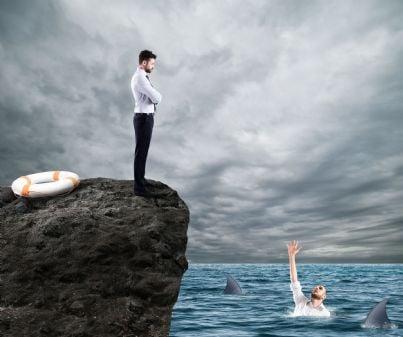 uomo affari non aiuta concorrente in acqua con squali concetto concorrenza sleale