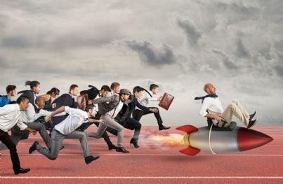 uomini corrono per arrivare primi concetto lavoro concorrenza