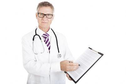 medico che mostra modulo per consenso informato