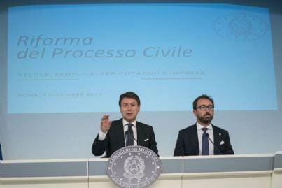 Premier Conte e Ministro Bonafede in conferenza stampa dopo riforma processo civile