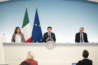 Conte Gualtieri e Catalfo in conferenza stampa