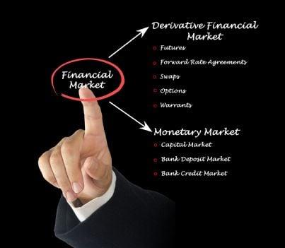 mano che mostra elenco contratti finanziari