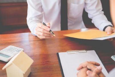 firma di un contratto tra due imprenditori